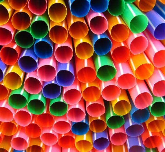 Bannir les pailles en plastique